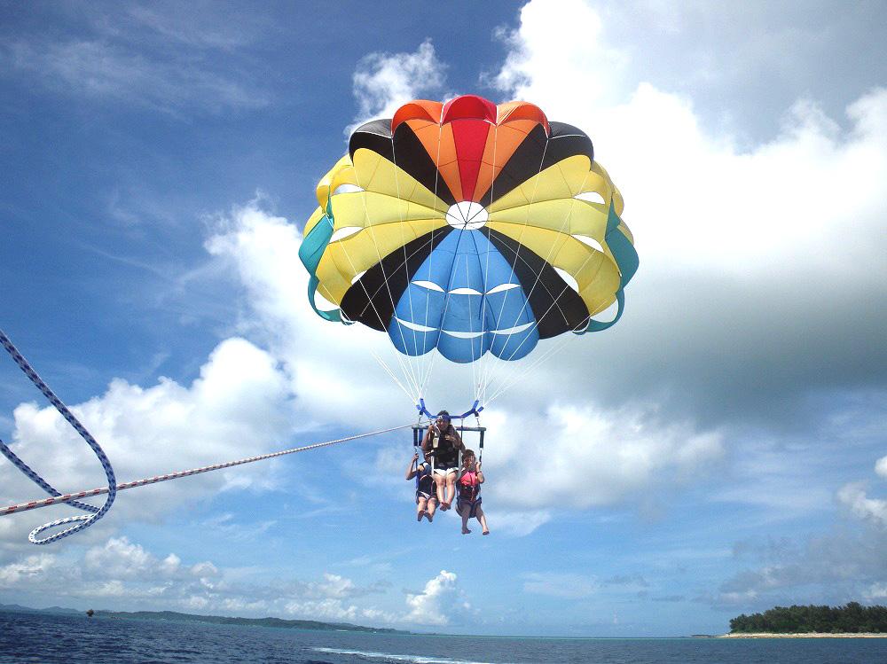 パラセーリングで沖縄の空を空中散歩